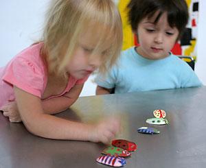 A brincadeira das crianças é pintar os besouros de gesso