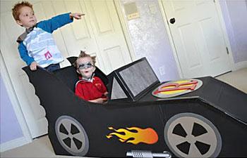 As crianças brincam e se divertem no carro de papelão
