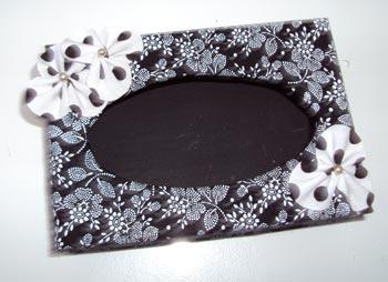 Porta-retrato com decoupagem de tecido e detalhes de flores