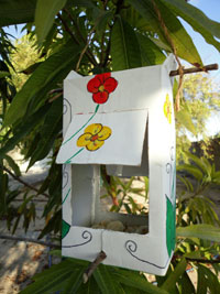 Comedouro florido com hastes para os pássaros