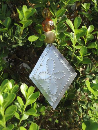 Enfeite de natal feito de latinhas de alumínio