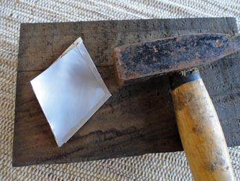 Martele as bordas do losango unindo os dois