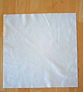 Corte o tecido na mesma medida da almofada