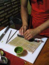 Edilson enrolando o sushi