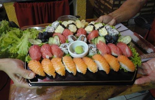Sushis e sashimis num prato especial do Matsuri