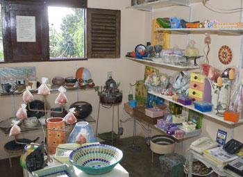 Bazar de peças criadas pelos alunos de Eduardo: baixo custo e criatividade