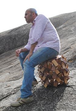 Sergio Matos usando um de seus bancos Xique-Xique