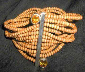 Bracelete em prata com zircônias e miçangas de madeira