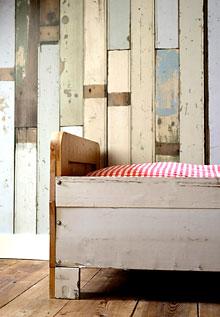 Papel de parede com madeira colorida no motivo