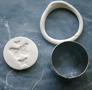 Pressione as bordas e retire o excesso da cerâmica plástica