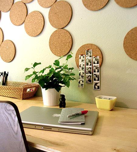 Círculos de cortiça formam um painel decorativo de parede e ainda podem ser úteis