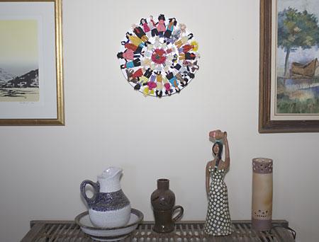 Mandala de bonecas de pano tradicionais ornamenta a parede da minha sala