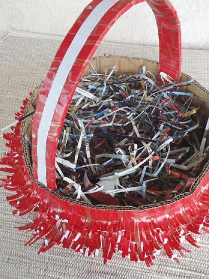 Recheie a cesta com tirinhas de revistas cortadas com tesoura
