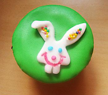 Cupcake com decoração de coelho de páscoa
