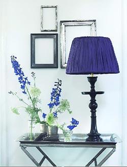 Molduras artesanais e abajur customizado na decoração simples