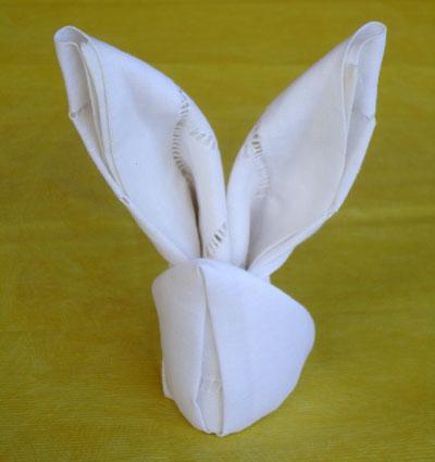 Dobradura de guardanapo em forma de coelho pronta para decorar