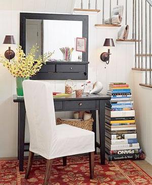 Pilha de livros ao lado da mesa do home office