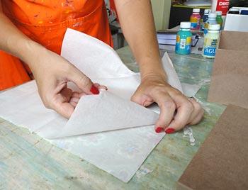 Separe as camadas de papel do guardanapo