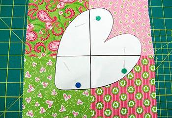 Abra seu quadrado de patchwork e posicione o molde