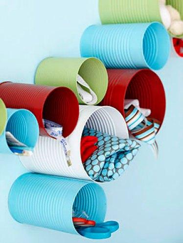 Latinhas pintadas são recicladas e se tornam porta material para o atelier