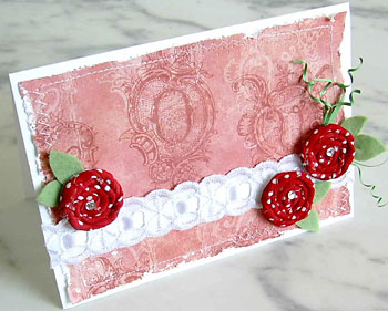 Cartão de scrap num artesanato com tecido e flores enroladas