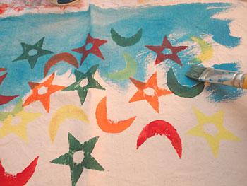 Continue aplicando a tinta aquarelada por toda a superfície do tecido