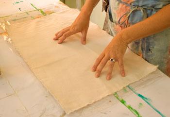 Corte o tecido no tamanho desejado e coloque sobre um plástico