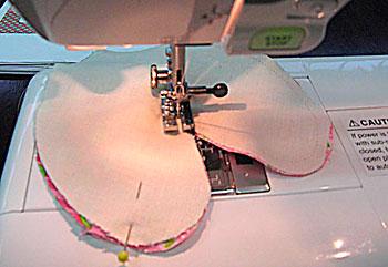 Faça a costura do contorno com todo o cuidado