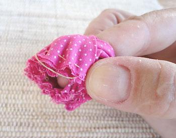 Enrole as pétalas em volta do dedo indicador