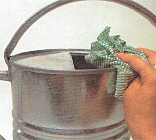 Limpe o regador com água com vinagre