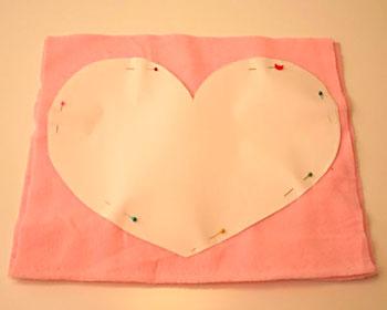 Desenhe um molde de coração no papel e corte o tecido