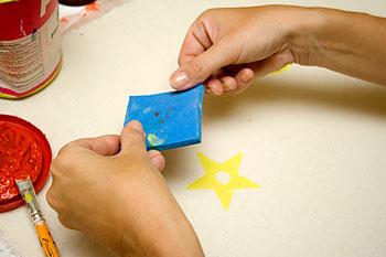 Posicione o carimbo sobre o tecido com muito cuidado e pressione
