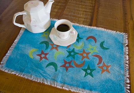 Toalha centro de mesa pintada com técnica de artesanato do carimbo de EVA e aquarela
