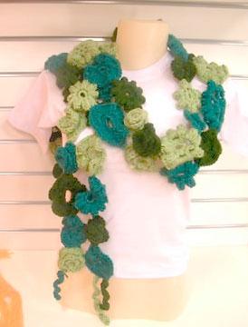 Cachecol com flores de croche