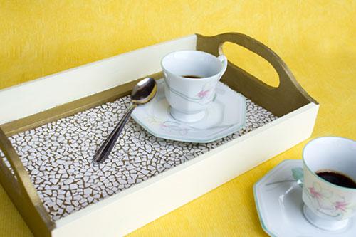 Bandeja decorada com mosaico de cascas de ovos, dica de artesanato
