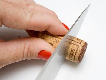 Corte as rolhas em fatias de um dedo