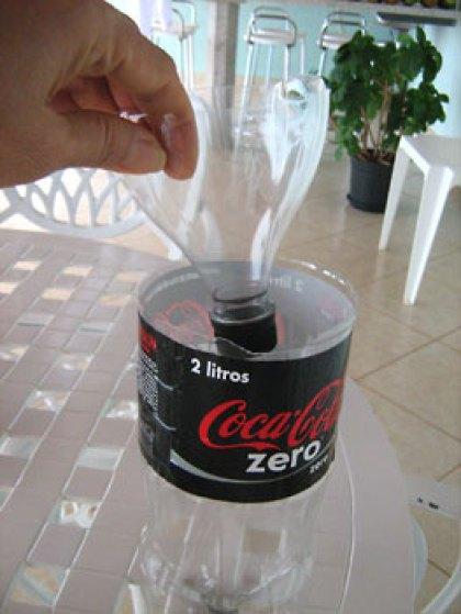 Encaixe o topo recortado dentro da garrafa pet