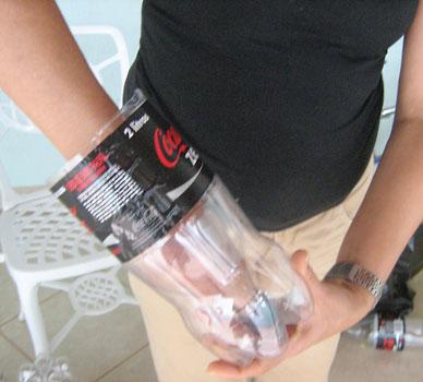 Encaixe o topo no interior da garrafa pet