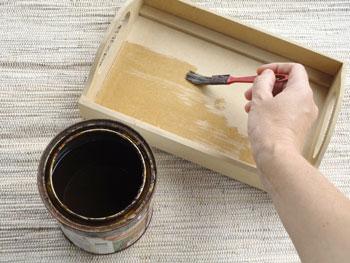 Passe selador sobre a peça de MDF para o artesanato