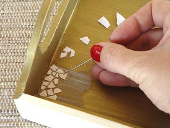 Usando uma agulhe posicione as cascas sobre a cola