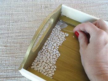 Siga preenchendo a bandeja com as cascas de ovos para criar o mosaico