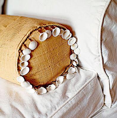 Almofada lisa decorada com conchas, um toque do mar na decoração