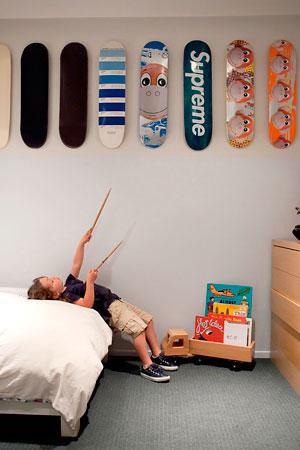 Skates viram painel decorativo no quarto do menino
