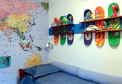 Painel com prateleiras sobre skates para o quarto do garoto