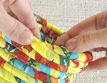 Para terminar posicione a ponta do cordão para dentro do cesto.