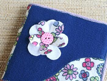 Detalhe de flor no lado liso da capa