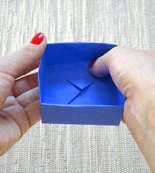 Feche a caixinha de presente terminando a dobradura normalmente