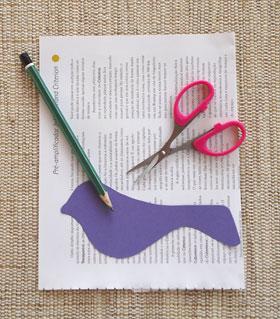 Prepare folhas de revistas e tesoura