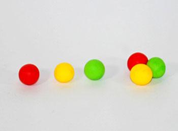 Faça três bolinhas coloridas para a cabeleira