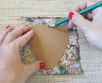 Dobre o tecido e desenhe o molde da pétala pelo avesso